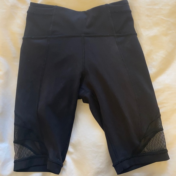 "Lululemon 8"" short, size 6 in black"